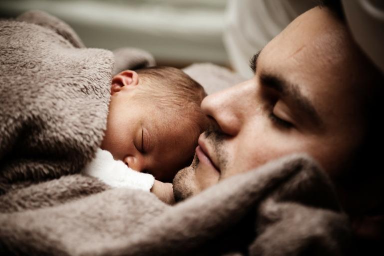 Vader met baby op schoot